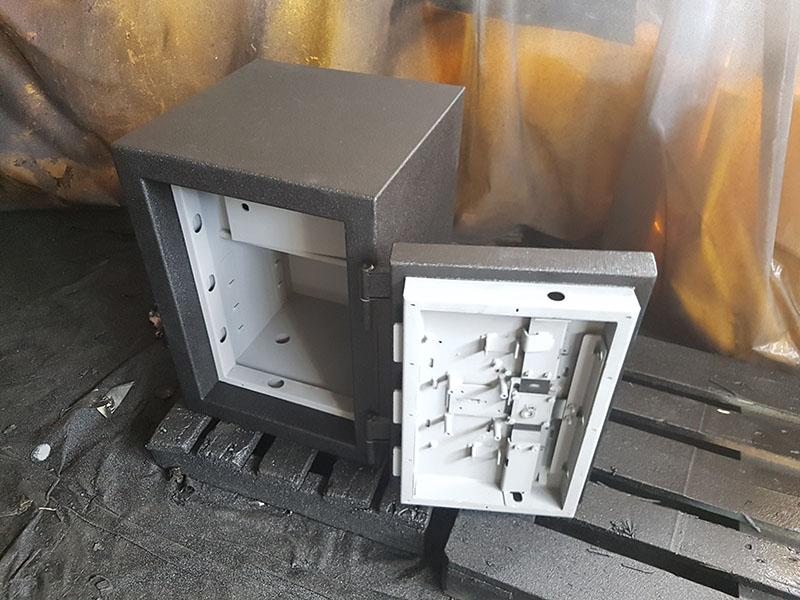 Защита несгораемого сейфа покрытием Line-X от царапин и коррозии