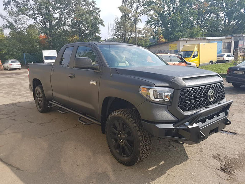 Защита кузова пикапа Toyota Tundra полимерным покрытием Line-X черного цвета, от механических повреждений и коррозии