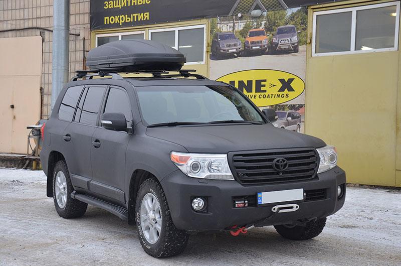 Защита внедорожника Toyota Land Cruiser 200 и навесного багажника Thule от механических повреждений, полимерным покрытием Line-X