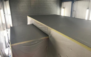 Окраска крыши трейлера полимерным покрытием Line-X гарантирует 100% гидроизоляцию и надежную защиту от механических повреждений!