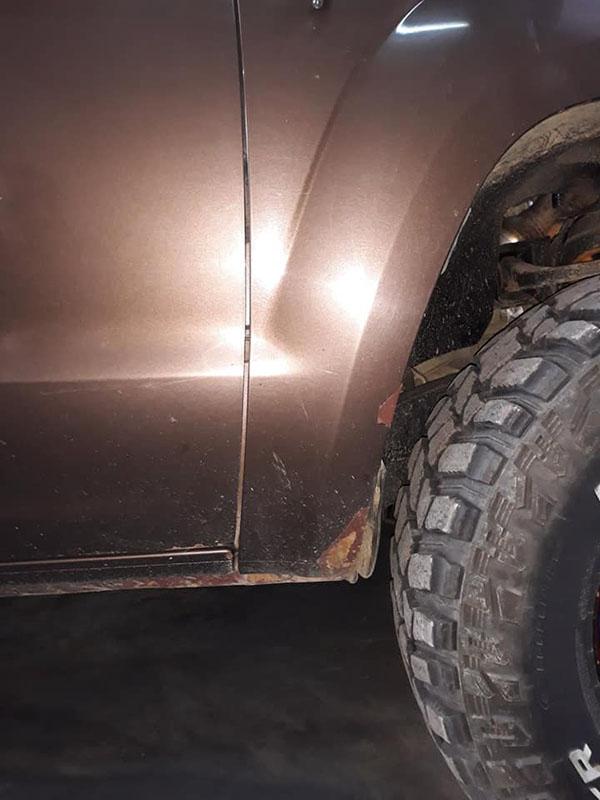 провели полное омоложение Volkswagen Amarok: удалили вмятины, очаги коррозии, установили расширители колесных арок и полностью окрасили кузов защитным полимерным покрытием Line-X двух цветов