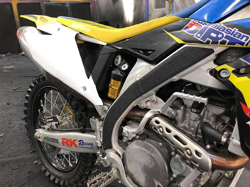 Line-X для защиты кроссовых мотоциклов
