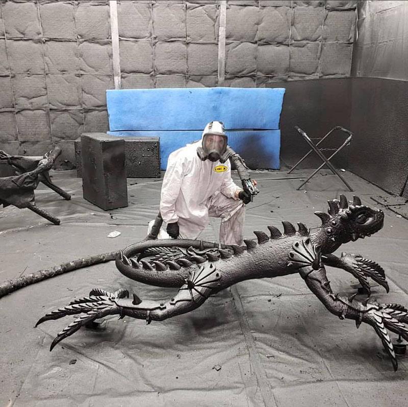 Защитное полимерное покрытие Line-X идеально подходит для придания прочности скульптурам из вспененных пластмасс