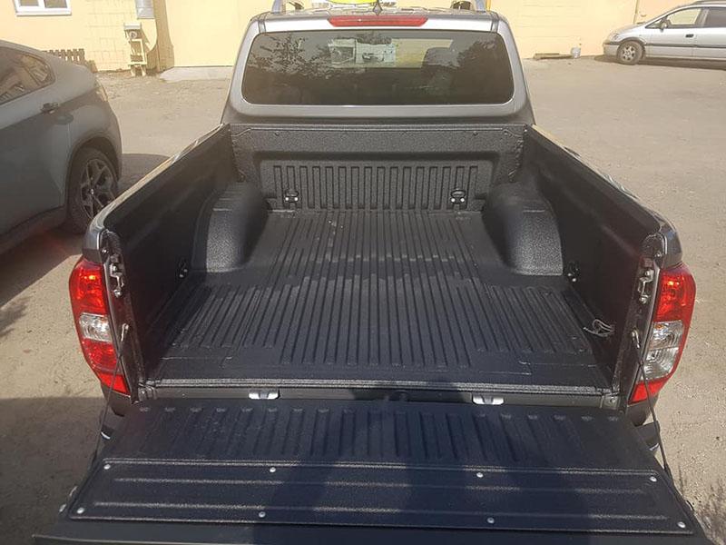 Защита багажного отделения Nissan Navarra от механических повреждений и коррозии покрытием Line-X