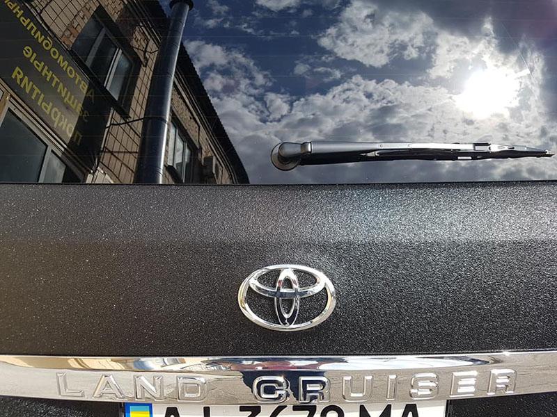 Toyota Land Cruiser 200 с Line-X смотрится круче