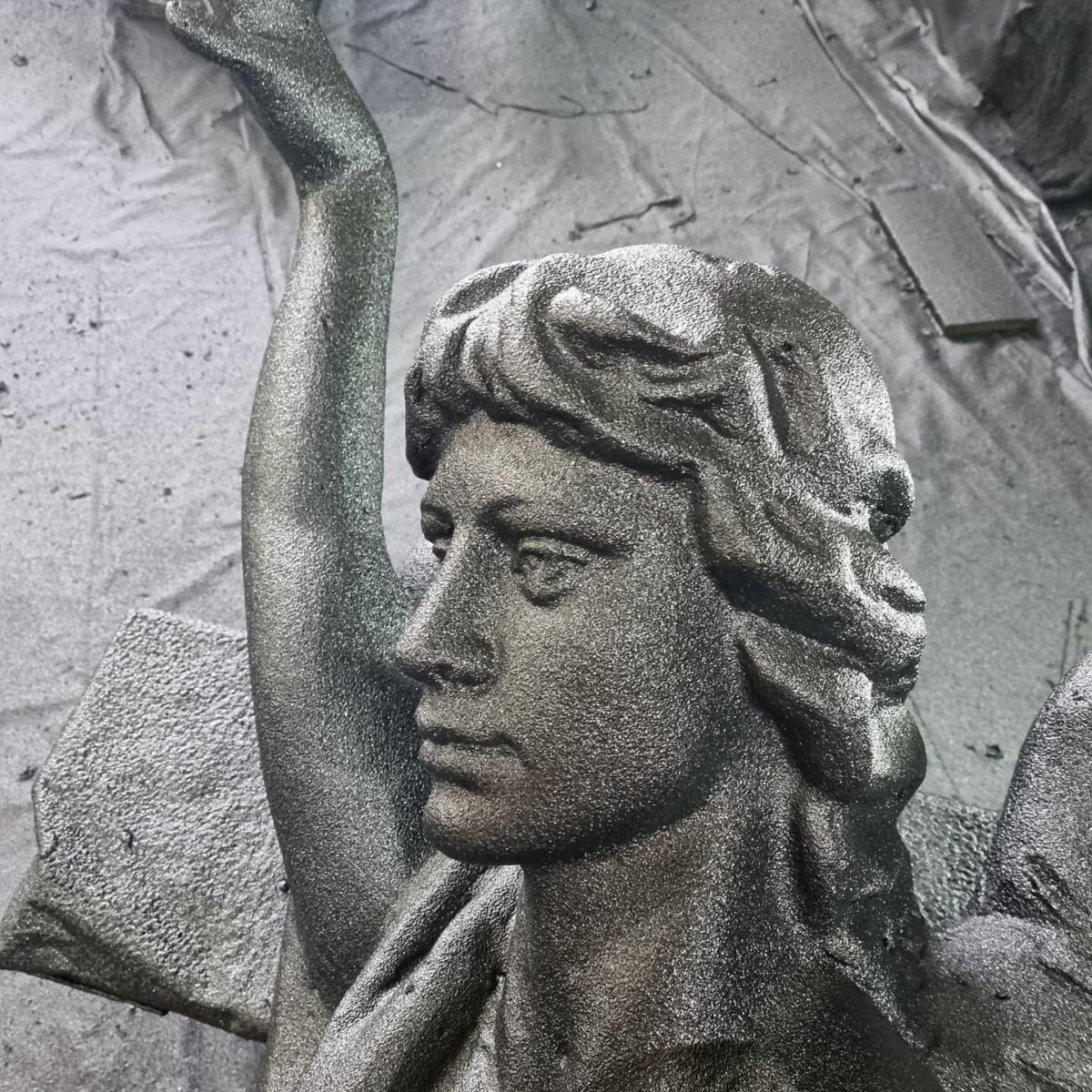 Защита скульптур для украшения фасадов здания покрытием Line-X