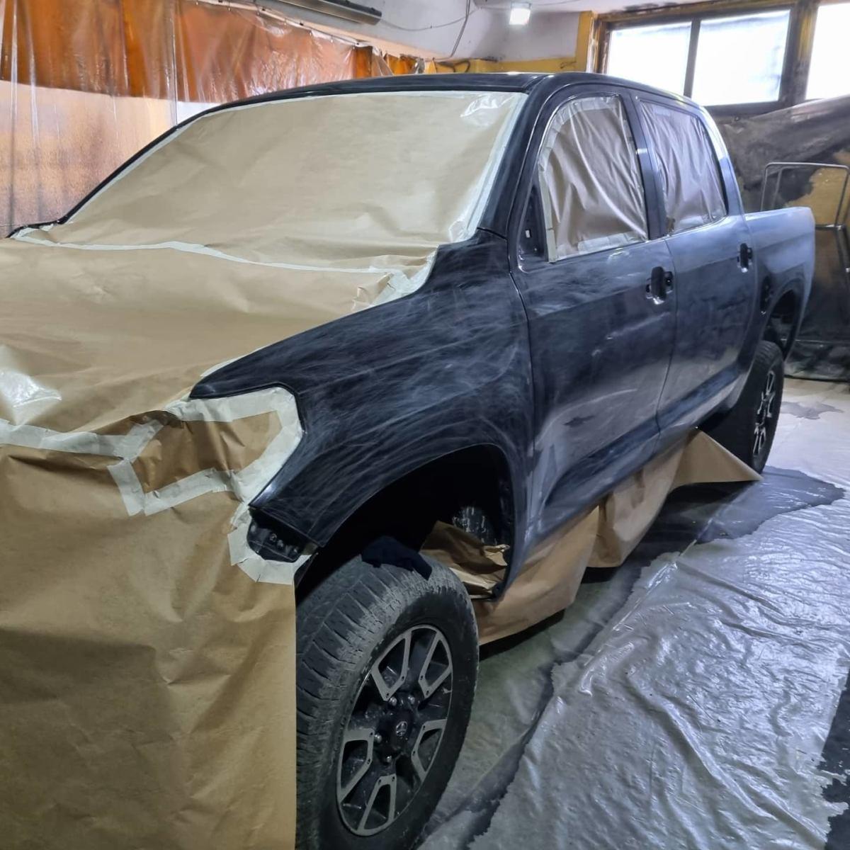 Подготовка пикапа Toyota Tundra к покраске защитным покрытием Line-X