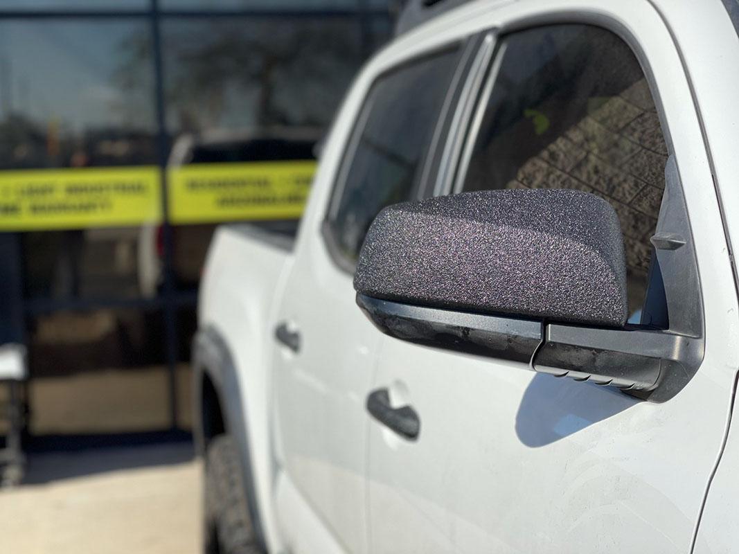 Защита элементов кузова автомобиля полимерным покрытием Line-X