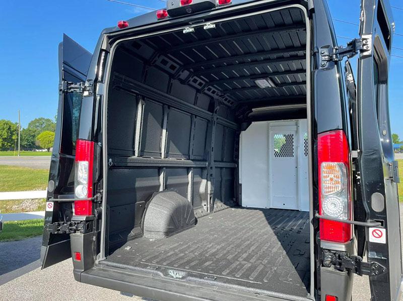 Надежная защита грузового отсека фургона? Line-X!