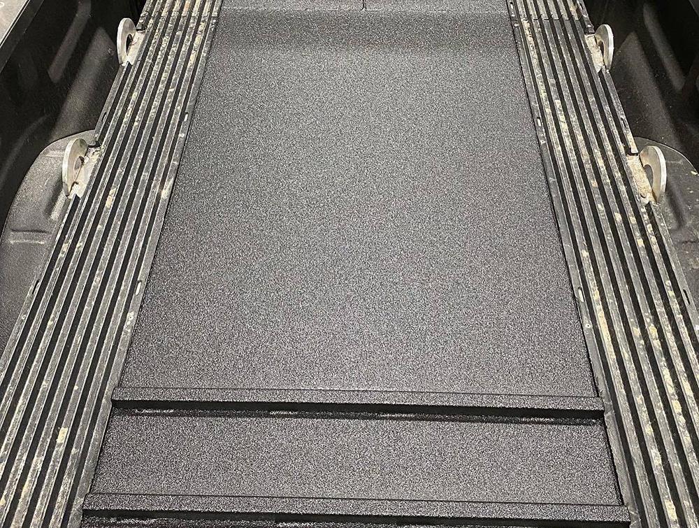Пандус для перевозки снегохода в кузове пикапа с защитой Line-X